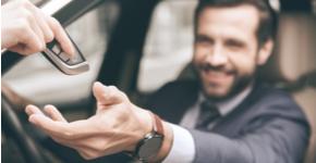 Edad mínima, tarjetas, y licencias. Todo lo que necesitas saber sobre requisitos para rentar un auto.